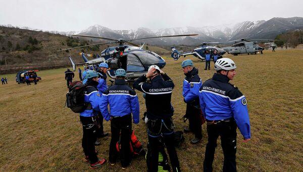 Сотрудники французской службы спасения вблизи места крушения Airbus A320 во французских Альпах
