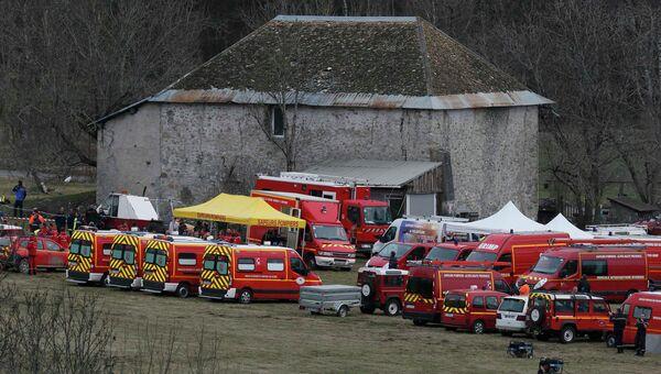Машина французской службы спасения вблизи места крушения Airbus A320 во французских Альпах