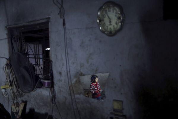 Девочка в отражении зеркала в северной части сектора Газа. Палестина, Март 2015