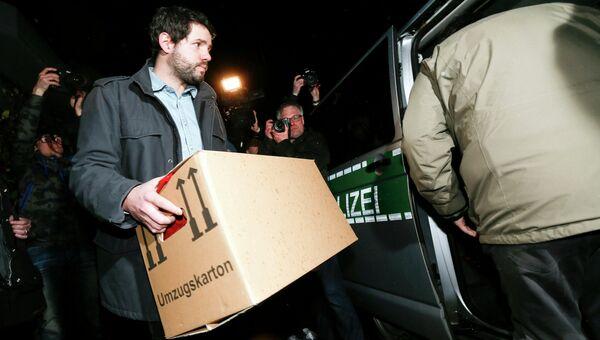 Немецкий полицейский после обыска в доме второго пилота разбившегося самолета авиакомпании Germanwings Андреаса Лубитца в Дюссельдорфе
