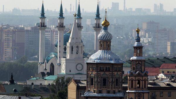 Вид на Петропавловский собор, Спасскую башню Казанского Кремля (в центре) и мечеть Кул Шариф. Архивное фото.