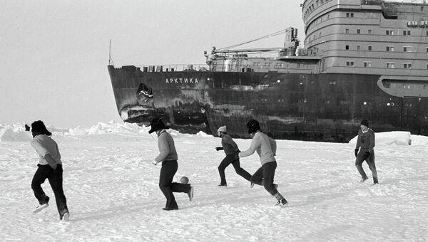 Матч по футболу между экипажами Пионера Якутии и Арктики