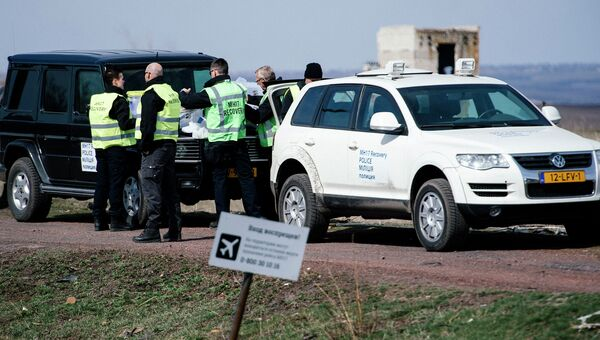 Эксперты работают на месте крушения малайзийского Boeing 777 в окрестностях деревни Грабово недалеко от Шахтерска в Донецкой области 24 марта 2015