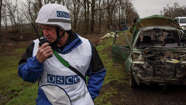 Наблюдатели ОБСЕ работают возле села Широкое, Украина