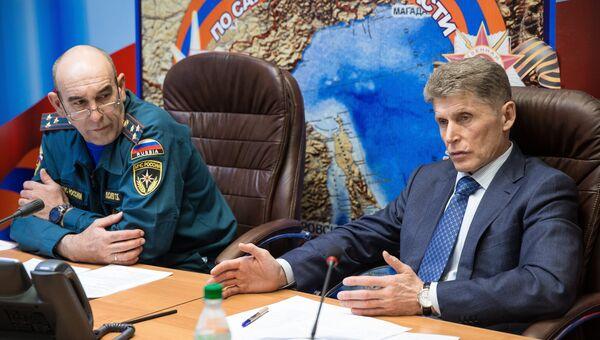 Временно исполняющий обязанности губернатора Сахалинской области Олег Кожемяко (справа), архивное фото