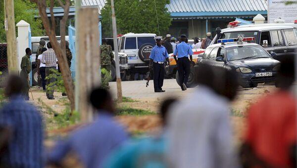 Кенийская полиция возле больницы, куда были доставлены жертвы нападения на университетский кампус в городе Гарисса