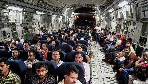 Эвакуированные из Йемена граждане Индиии в военном самолете в аэропорту Мумбаи