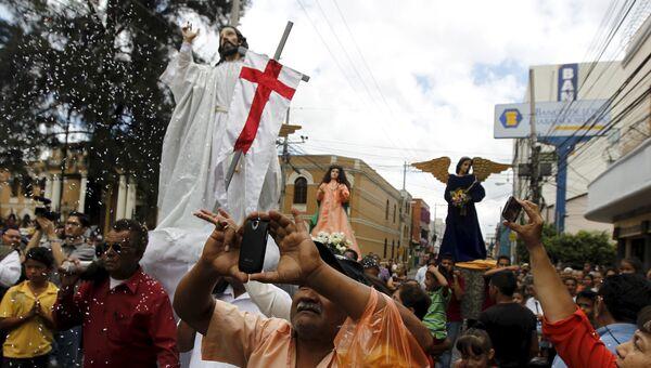 Сотни католиков из Гондураса несут статуи святых во время празднования Пасхи