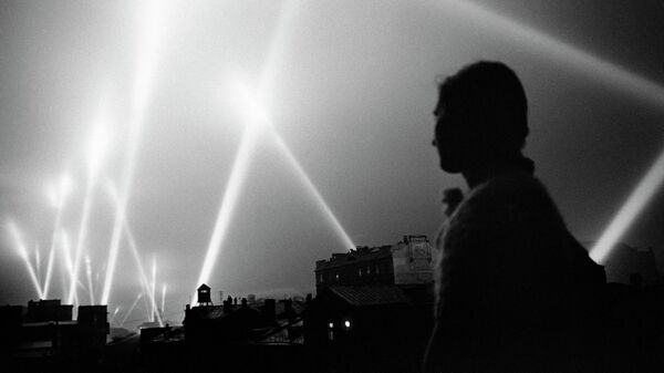 Лучи прожекторов войск ПВО освещают небо Москвы. Июнь 1941 год