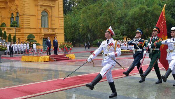 На площади перед Президентским дворцом в Ханое