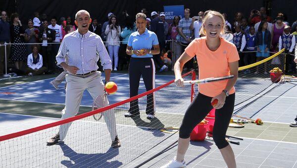 Каролин Возняцки и Барак Обама играют в теннис рамках традиционного мероприятия, связанного с католической Пасхой, в Вашингтоне на территории Белого дома