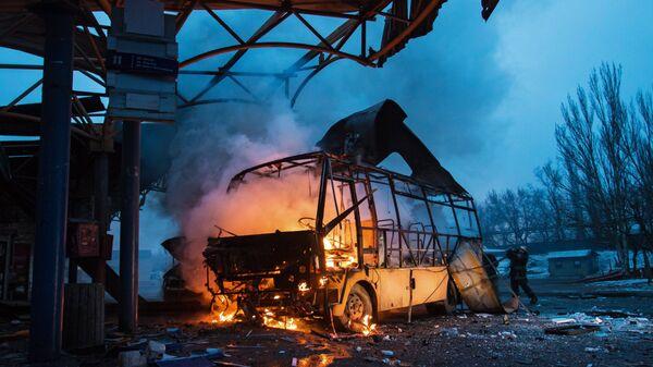 Автобус, поврежденный в результате обстрела, на автостанции в городе Донецке