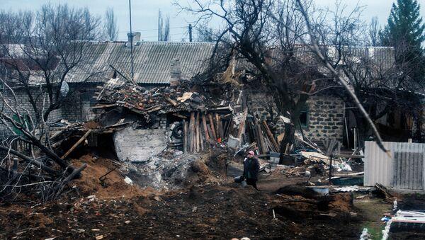 Женщина возле разрушенного дома в Углегорске. Архивное фото