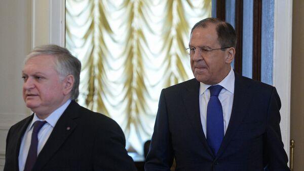 Министр иностранных дел РФ Сергей Лавров и министр иностранных дел Республики Армения Эдвард Налбандян перед началом встречи в Москве