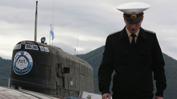 Офицер у атомной подводной лодки проекта 949А Антей в Вилючинске