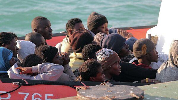 Нелегальные мигранты, спасенные после крушения судна в водах Ливии, на лодке береговой охраны Италии