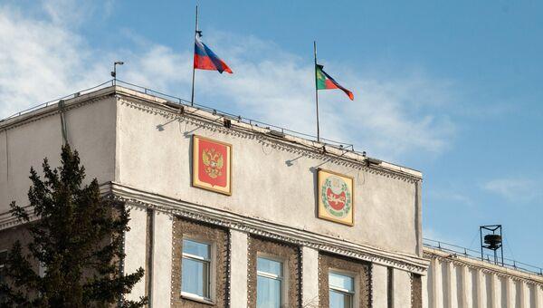 Флаги на здании правительства Республики Хакасия. Архивное фото