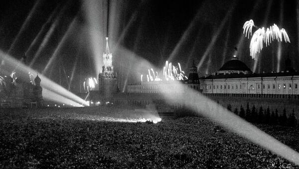 Салют Победы на Красной площади. 9 мая 1945 года. Архив