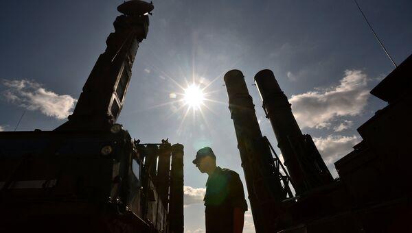 Военнослужащий у зенитно-ракетной системы С-300