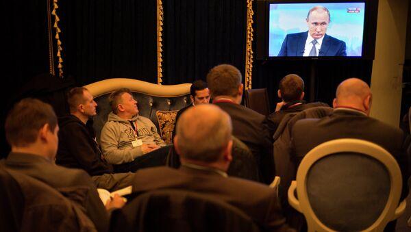 Журналисты смотрят трансляцию ежегодной программы Прямая линия с Владимиром Путиным