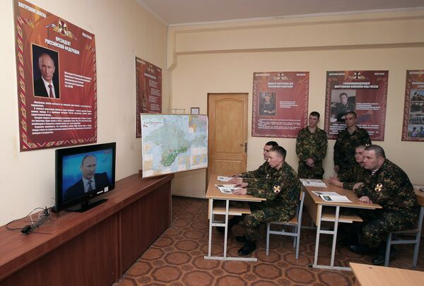 Военнослужащие разветотряда Русь ВВ МВД России смотрят трансляцию Прямой линии с Владимиром Путиным