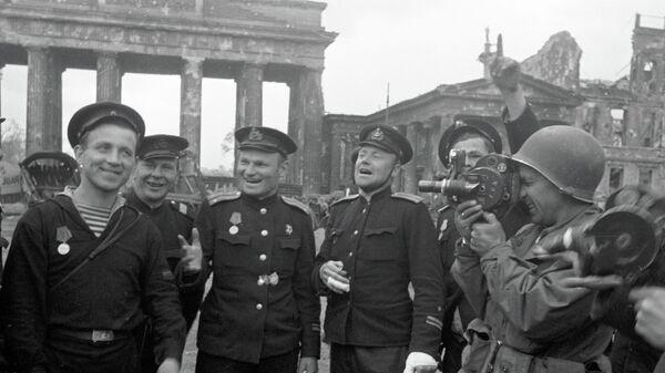 Советские моряки, герои штурма Берлина, позируют американскому военному корреспонденту