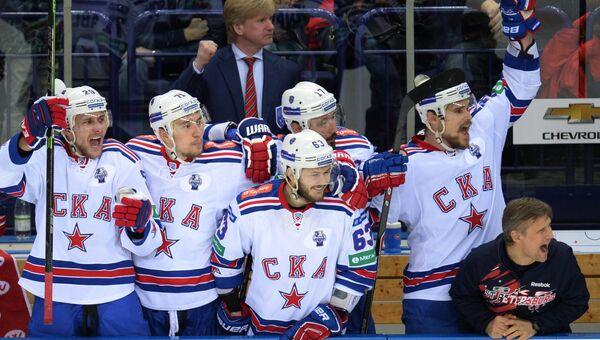 Игроки СКА радуются победе в финальном матче плей-офф Кубка Гагарина Континентальной хоккейной лиги
