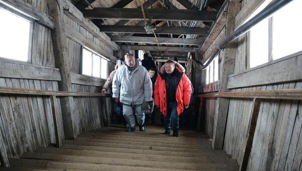 Заместитель председателя правительства РФ Дмитрий Рогозин (слева) и министр экономического развития РФ Алексей Улюкаев во время посещения шахты в городе Баренцбург на архипелаге Шпицберген
