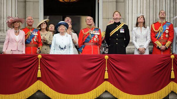 Британская королевская семья на балконе Букингемского дворца во время парада