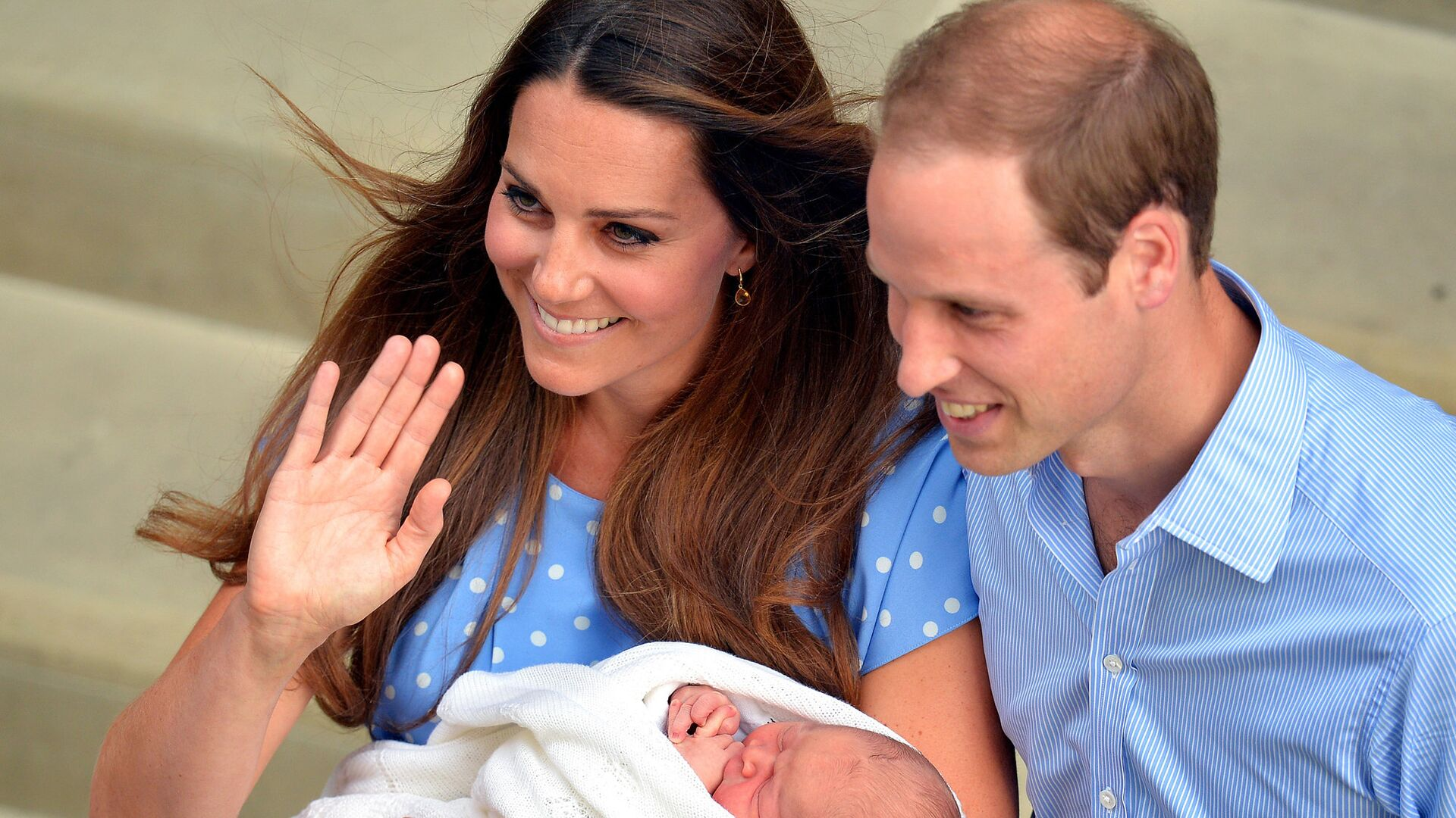 Герцогиня Кэтрин и принц Уильям с новорожденным сыном выходят из госпиталя Святой Марии - РИА Новости, 1920, 04.04.2021