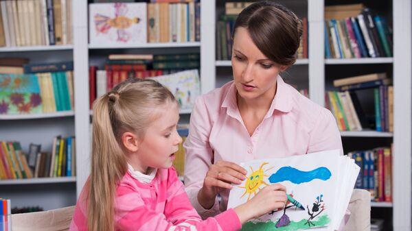 Детский психолог работает с ребенком. Архивное фото