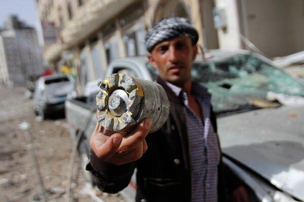 Фрагмент снаряда после авиаудара коалиции арабских стран во главе с Саудовской Аравией по ракетной базе в столице Йемена