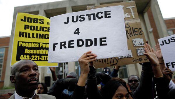Акция протеста перед зданием полиции в Балтиморе. Архивное фото