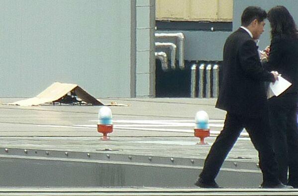 Сотрудники спецслужб на крыше резиденции премьер-министра Японии Синдзо Абэ в Токио