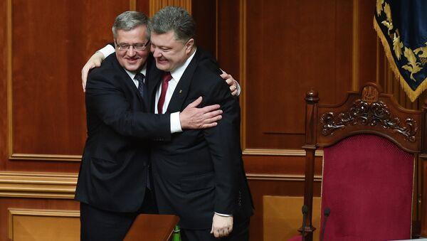 Президент Польши Бронислав Коморовский и президент Украины Петр Порошенко (справа)