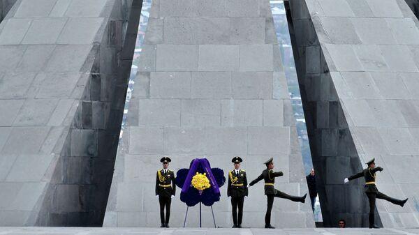 Солдаты во время церемонии поминовения жертв геноцида армян в Ереване