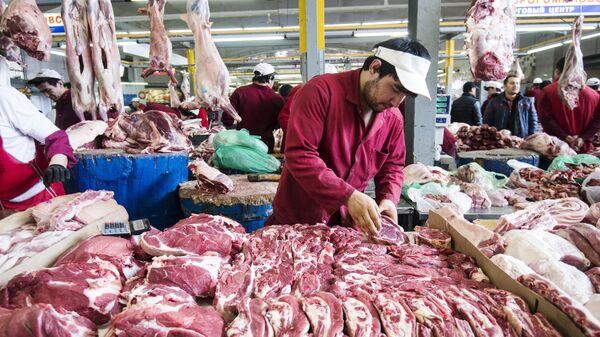 Продавцы и покупатели в мясном отделе на Дорогомиловском рынке в Москве. Архивное фото