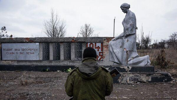 Боец ополчения ЛНР возле памятника павшим в годы Великой Отечественной войны, Луганская область