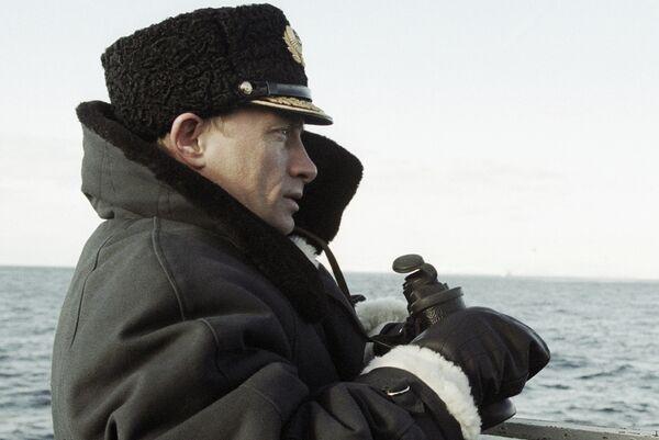 Президент РФ Владимир Путин на ходовом мостике атомной подводной лодки Карелия