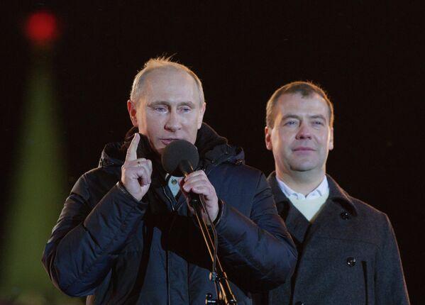 Дмитрий Медведев и Владимир Путин во время митинга на Манежной площади