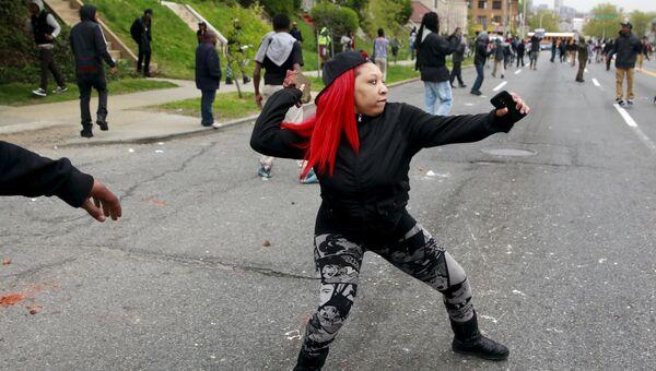Столкновения протестующих с полицией в американском Балтиморе