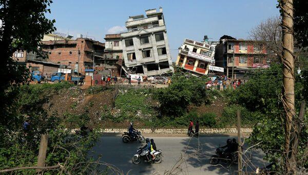 Поврежденные в результате землетрясения здания в Катманду, Непал