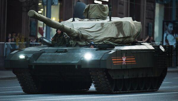 Танк Т-14 на гусеничной платформе Армата во время репетиции парада Победы на Тверской улице в Москве. Архивное фото