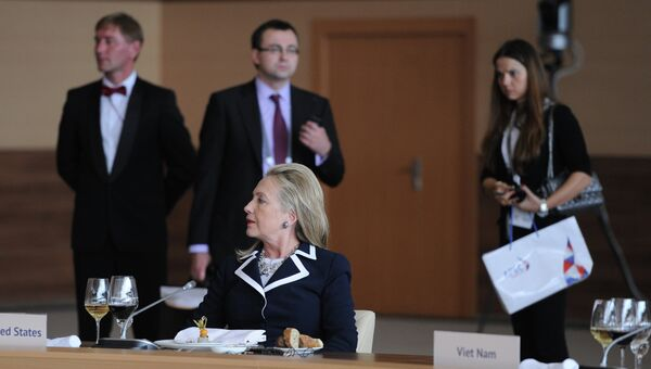 Государственный секретарь США Хиллари Клинтон во время рабочего завтрака