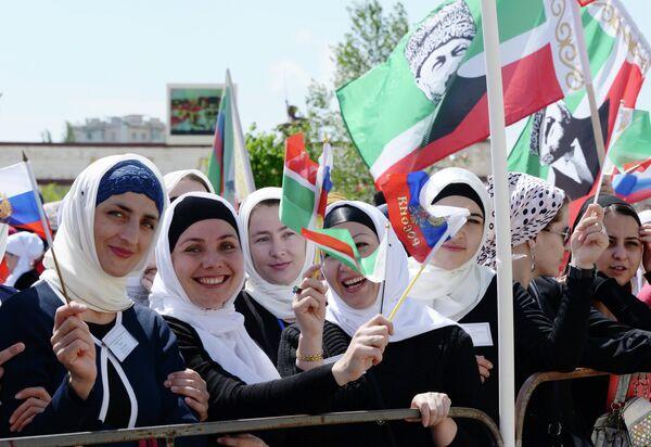 Участники первомайской манифестации в Грозном