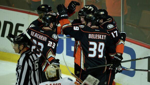 Хоккеисты Анахайма празднуют забитую в ворота Калгари шайбу