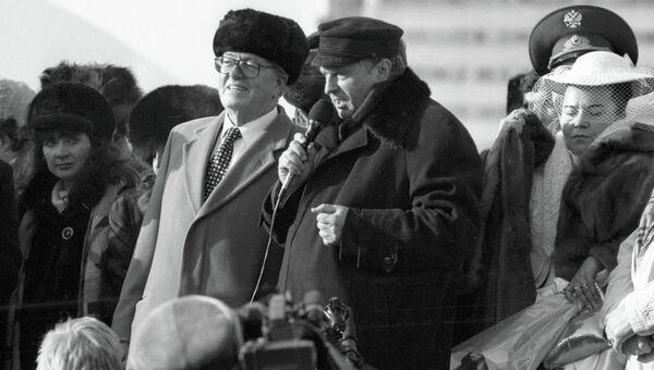Французский политик Жан-Мари́ Ле Пен на митинге слева от лидера ЛДПР Владимира Жириновского