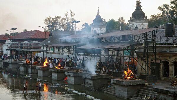 Местные жители сжигают тела погибших в результате землетрясения в Катманду