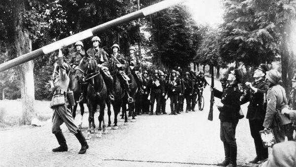 Немецкие солдаты проходят пограничный пост у Данцига (Гданьск)