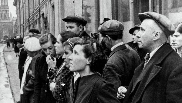 Жители столицы 22 июня 1941 года во время объявления по радио правительственного сообщения о вероломном нападении фашистской Германии. Архивное фото